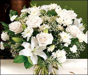 Bunch-of-12-white-flowers-mixed-with-seasonal-fillers